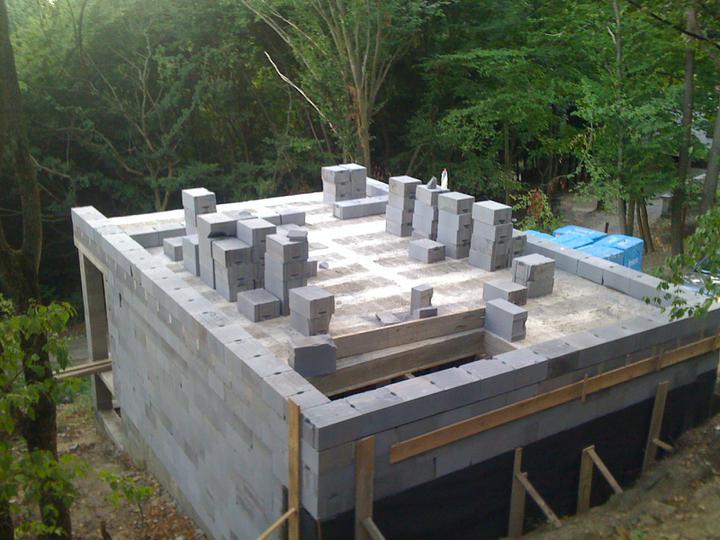 Stavba chata - Zaciname murovat poschodie