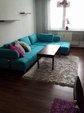 Prosím o radu. Kúpili sme tento tyrkysový gauč a teraz si neviem rady so zvyškom izby. Jediné čo tam musí ostať je gauč a tie skrinky. Zvyšok sa dá kľudne vymeniť, koberec, stolík, záves, luster, stôl so stoličkami, vrátene tých poličiek nad gaučom