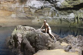 podzemni cenota s vodou o teplote 25 stupnu, krasna, pruzracna a zcela prazdna - uzili jsme si koupani ve dvou :) - celu jeskyni jsme meli jenom pro sebe