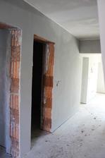 vstup vlevo prvni koupelna, vedle technicka mistnost a vstup do obyvaku, vyklenek vede do kuchyne
