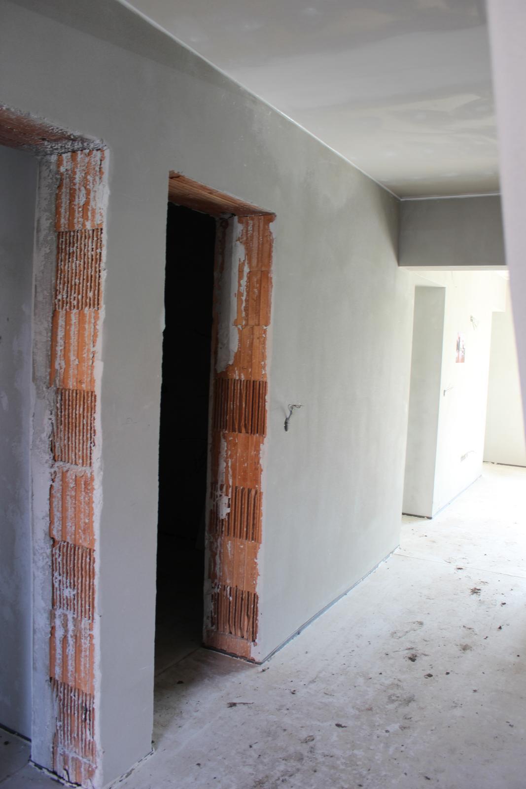 Splněný sen ... domeček - vstup vlevo prvni koupelna, vedle technicka mistnost a vstup do obyvaku, vyklenek vede do kuchyne