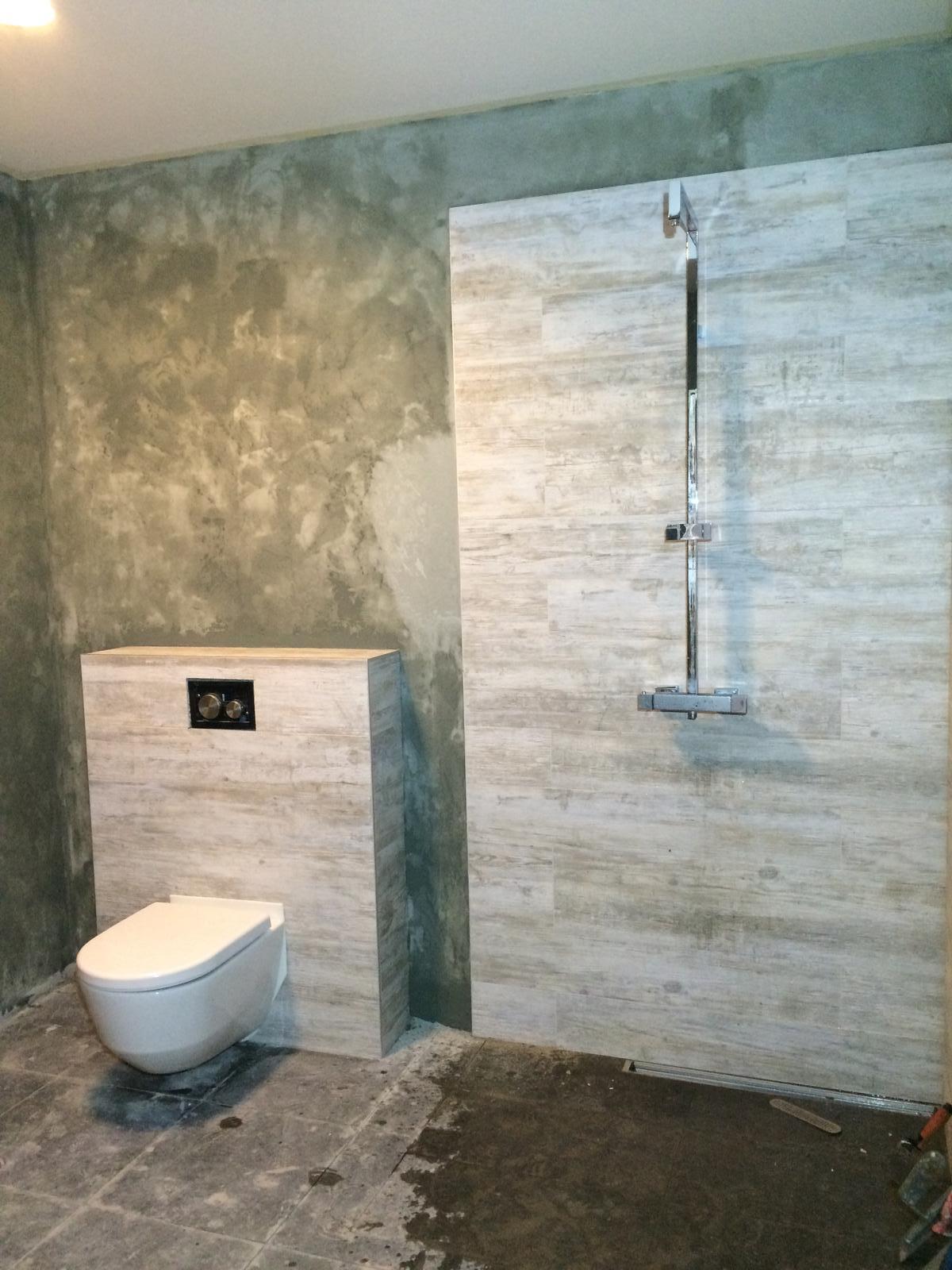 Splněný sen ... domeček - Koupelna skoro dosterkovana :( sterka dosla, pod zrcadlo nezbylo ... Takze dokoupit, natahnout finalni lazuru, vysparovat podlahu, privrtat dvere sprchacu a doselat stolek pod umyvadlo, to pripojit a maaame hotovo :) .... Takove malickosti ;)