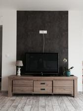 Chybi drzak na televizi na zed...