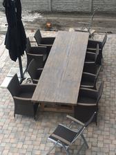 Tak jsem desku stolu a podrucky zidli namorila na rustikalni sedou a vypada to luxusne, skoda ze jsem to neudelala jiz minuly rok :)