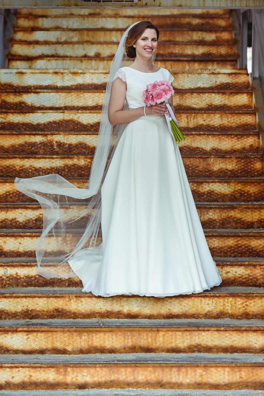 Jednoduché svadobné šaty Ivory- menší kruh, závoj - Obrázok č. 1