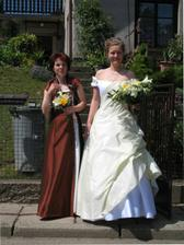 Nevěsta se svědkyní, svou sestrou před rodným domem