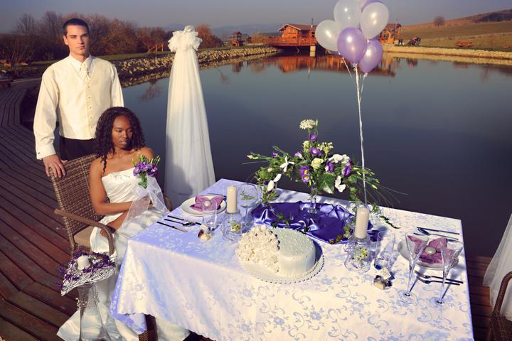 jednaradost - Fialová je preferovanou farbou, dodáva svadobnej výzdobe iskru a šarm.
