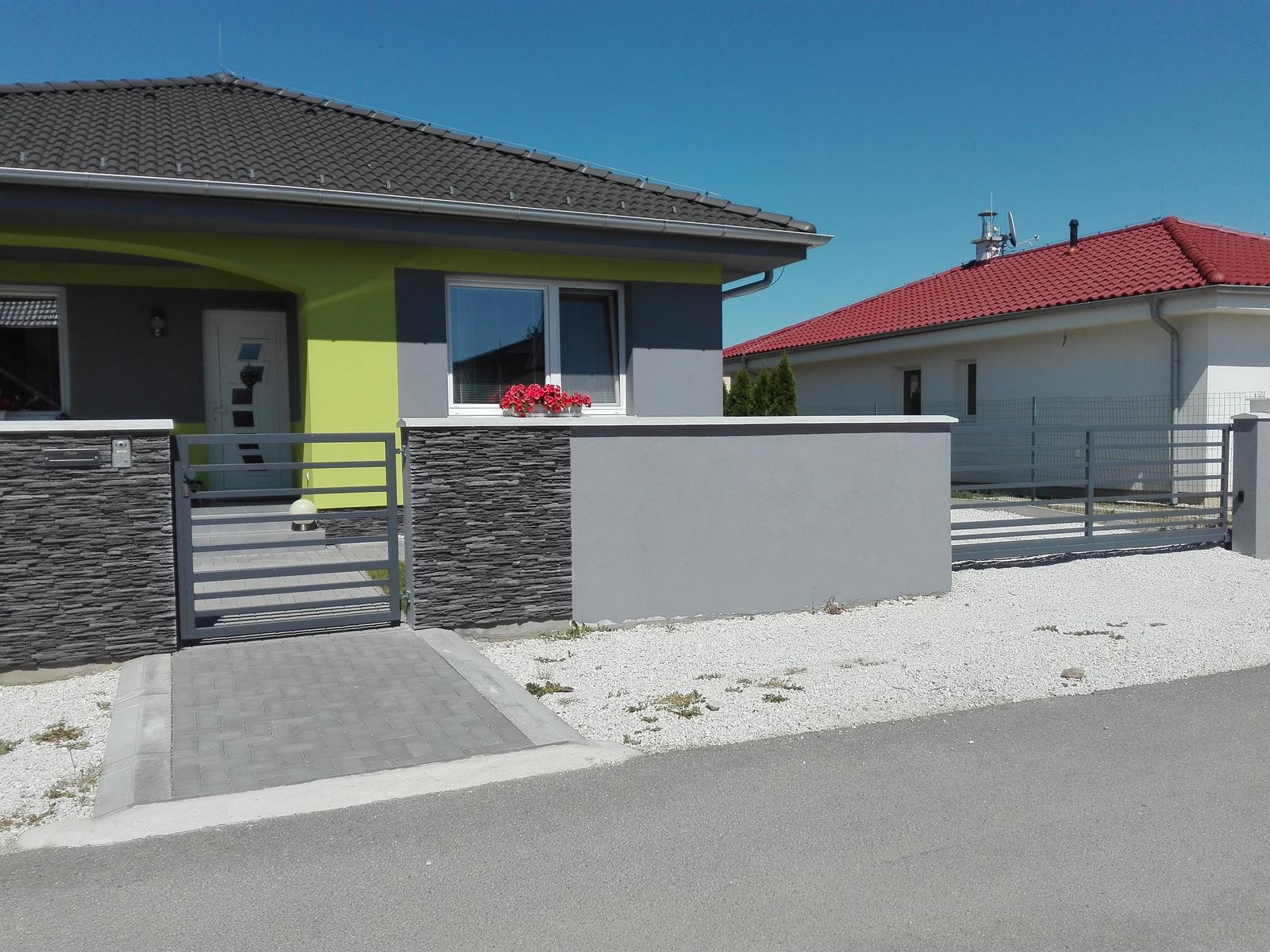 Nase byvanicko :) - Este nas caka vydlazdit parkovacie miesta pred domom a vedla domu