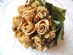Usušená svadobná kytica - vyzerá to pekne, no keď sa pozriete do vnútra kytice, sú tam kúsky plesne, nevhodné do bytu. Sušila som ju v izbovej teplote zavesenú v byte.