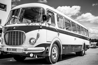 Autobus jede pro ženicha....Foto Nejmil