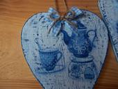 Tri modré drevené srdiečka,