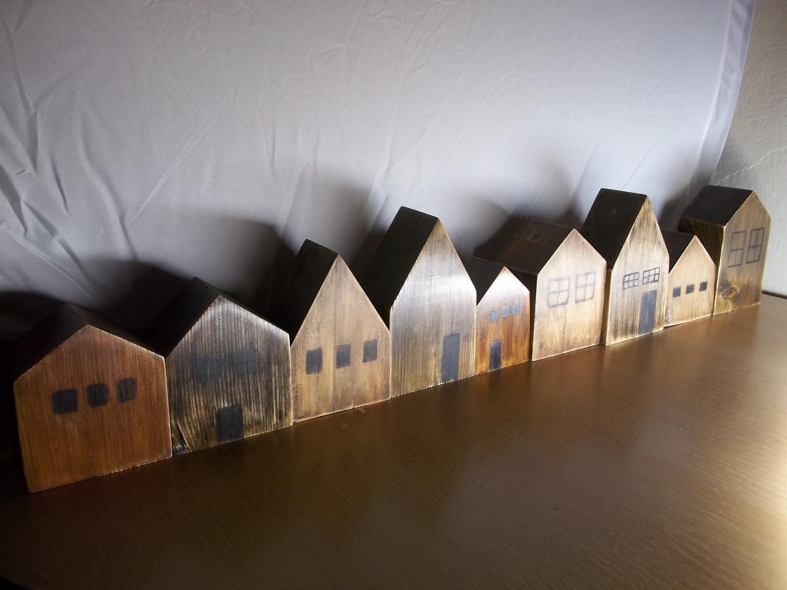 Ulička z drevených domčekov - Obrázok č. 1