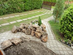 Kamene zo skalky pripravené na nové osadenie