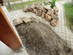 Niečo zo zeme sme ponechali na spodok skalky, keď sa stena terasy opraví zemina pôjde na svoje miesto
