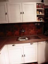 Korpusy skriniek a pracovná doska sú nové, dvere ponaprávané, vybrúsené a natreté 3x balakrylom