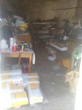tu si odkladame pracovne naradie :) cast ponechaneho stareho domu ..
