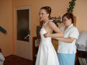 přioblékání mi pomáhala sestra Andrea