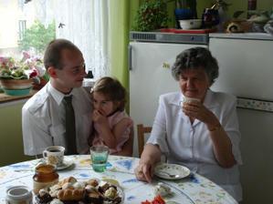 mezitím v kuchyni švagr, neteř Eliška a babička