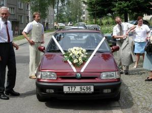 moje autíčko, kytku jsme ztratili ne cestě z obřadu