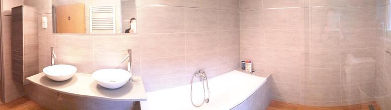 Právě dodělaná koupelna, ještě moc nezabydlená a s nevyměněnou baterií :)