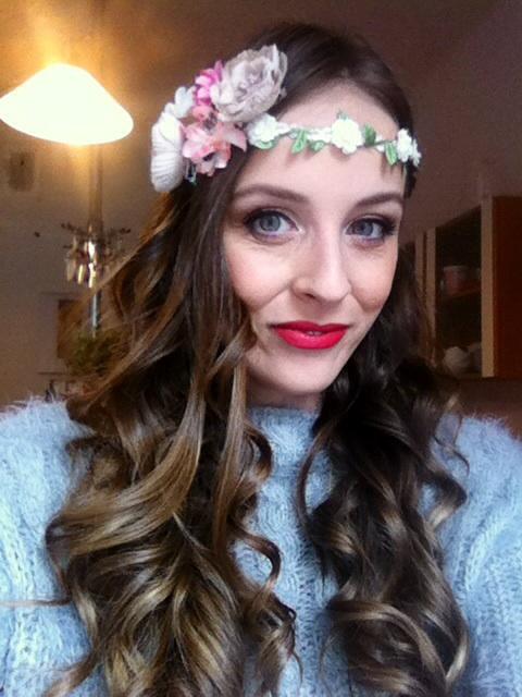 Tak mám za sebou dnešní zkoušku líčení a účesu. Ve vlasech bude venecek z živých květu v barvě rtenky:) - Obrázek č. 1