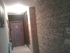 stena na ľavo je zatiaľ svetlo žltá ale máme v pláne ju pretrieť na farbu podobnú kameňom... :) a konečne to bude tip top...