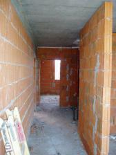 naša úzka chodbička.. v pravo je kúpeľňa, v ľavo je vchod do bytu a dvere uprostred sú do spálne...