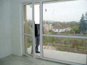 ešte raz okno a balkón... už je aj zábradlie, ale ešte ho nestihli namontovať :-(