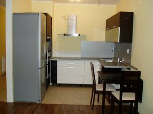 ... naša kuchyňa... ešte treba domontovať chrbtovinu do rohu k poličke... za digestorom budú kachličky...