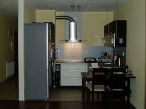 ... kuchyňa konečne z obkladom za digestorom...