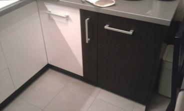A som sa dočkala aj poslednej skrinky v kuchyni... nakoniec umývačka nieje ale ďalšia skrinka... a aj sokle sú konečne dokončené...
