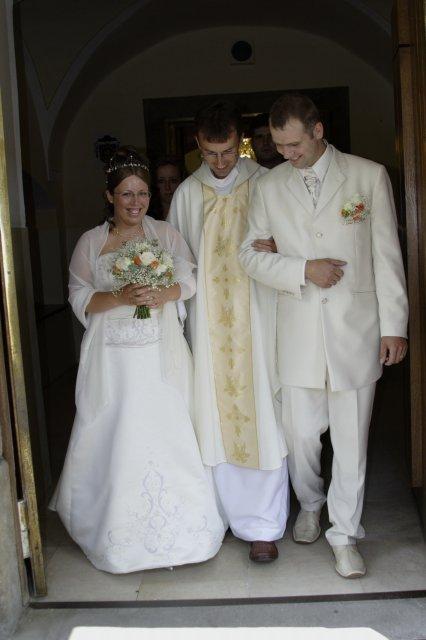 Kristinka{{_AND_}}Jožko - vychod z kostola