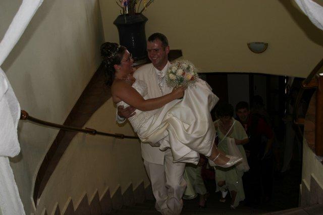 Kristinka{{_AND_}}Jožko - hore schodami na hostinu