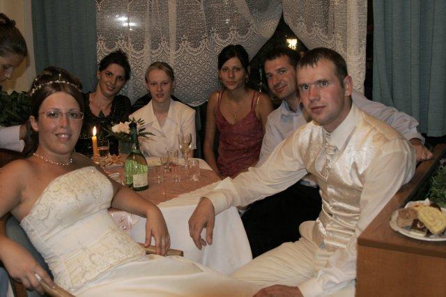 Kristinka{{_AND_}}Jožko - pri stole s kamaratmi