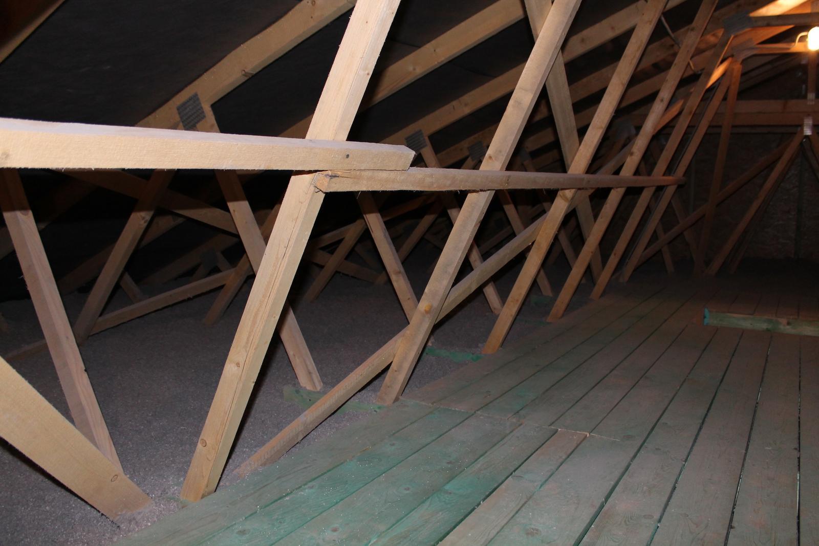 Pochôdzkna povala + fúkaná izolácia CLIMATIZER PLUS - Po aplikácií fúkanej izolácie CLIMATIZER PLUS. Celistvá vrstva bez tepelných mostov. Izolácia sa dostane do každého kríža väzníkového krovu.