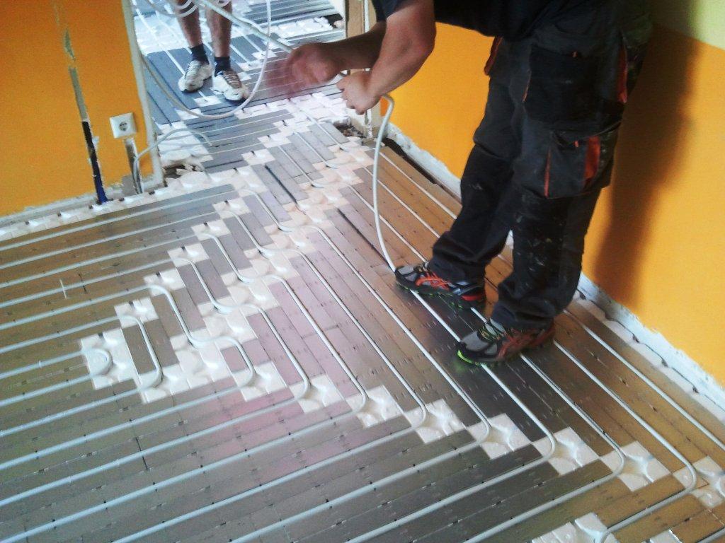 bmmedia - pokládka rúrky suchý systém podlahové kúrenie