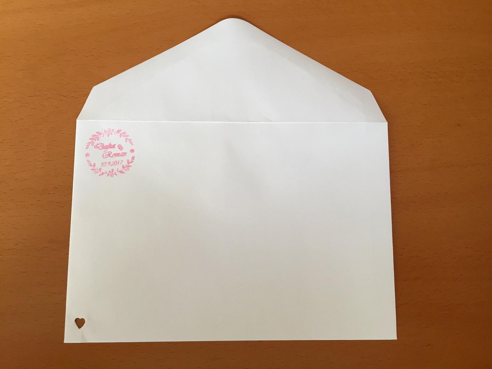Svadobné prípravy D&R - Svadobné obálky s pečiatkou a výsekom v tvare ❤️