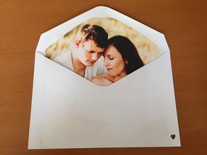 Vnútorná vložka do obálky s fotkou z predsvadobného rande fotenia.