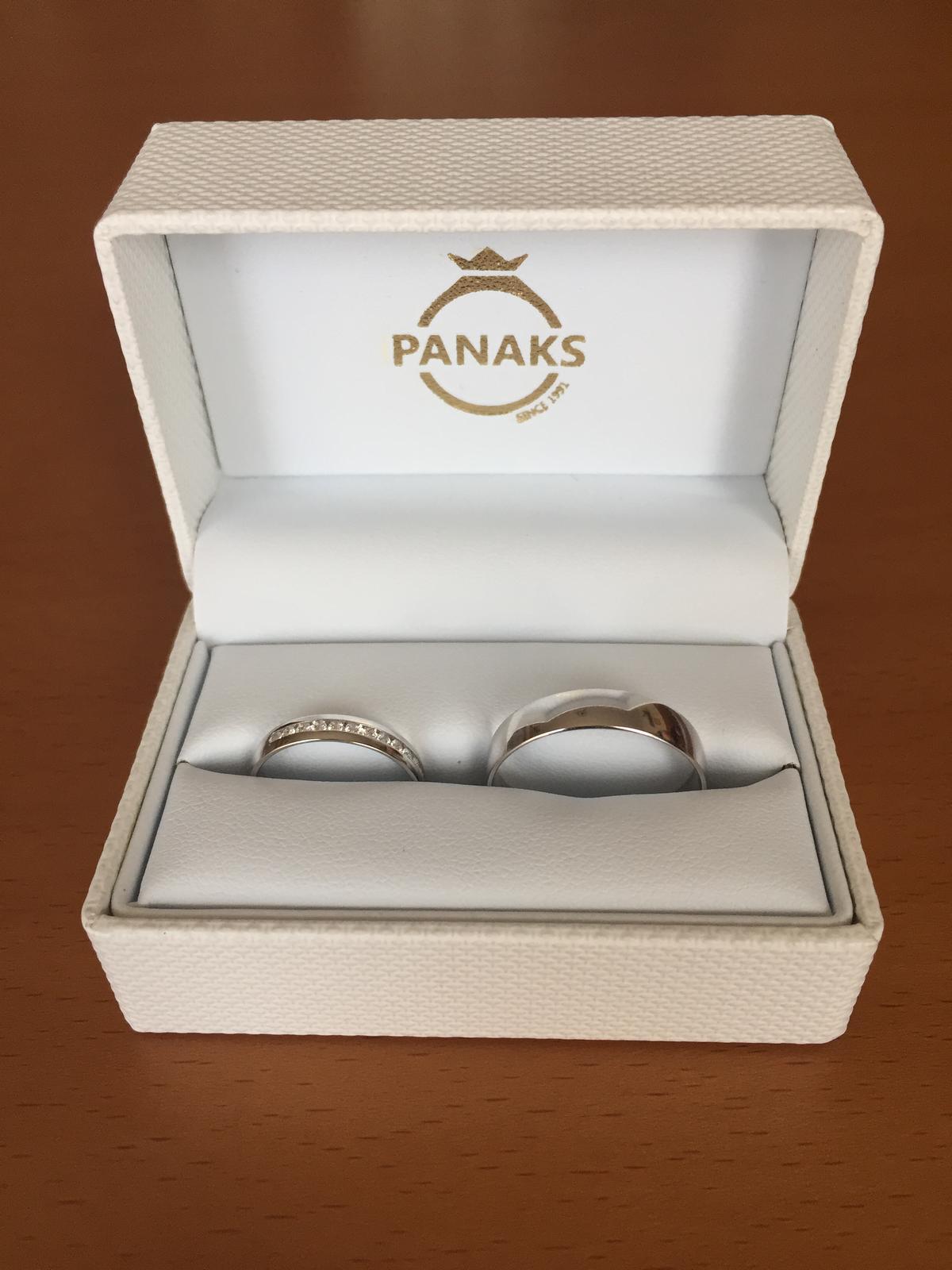 Svadobné prípravy D&R - Naše obrúčky z bieleho zlata - Panaks.
