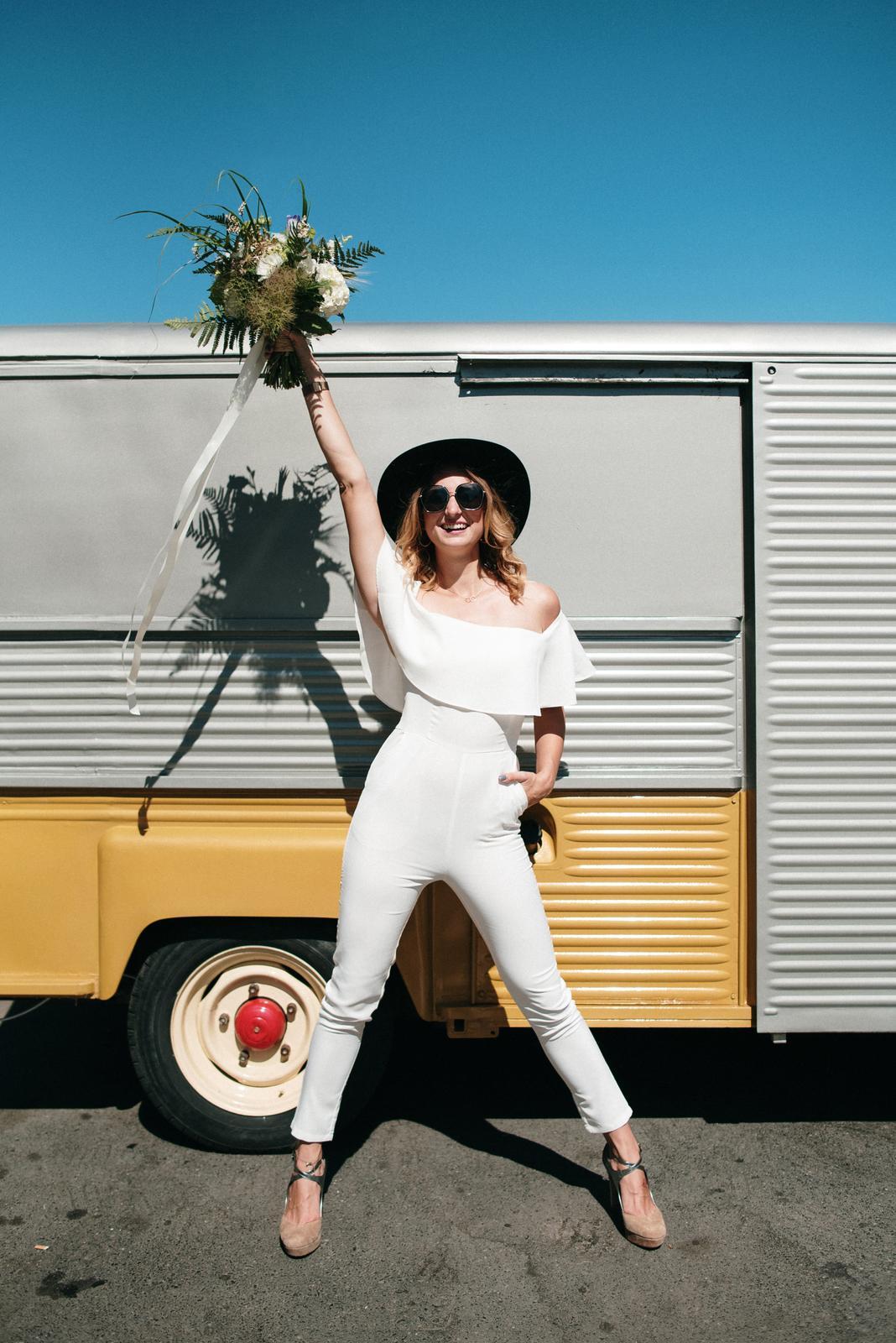 Svatební šaty nemusí být šaty ani svatební - Šat:y Férovky, kytice: Kytky od potoka, klobouk Tonak, na fotce Martina z Wedding Factory
