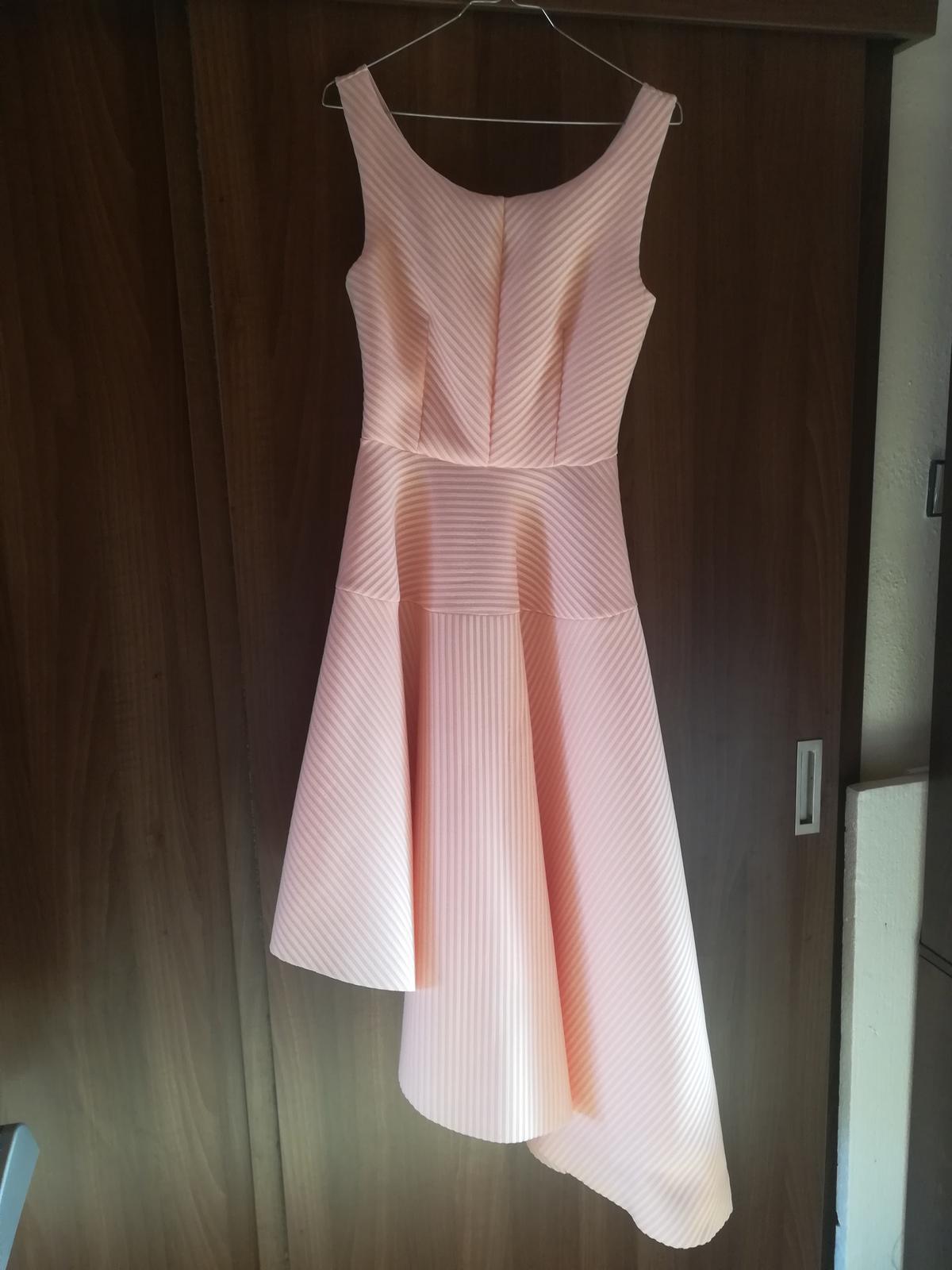 Ružové asimetrické spoločenské šaty - Obrázok č. 1