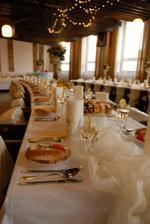 ...pripravene stoly pre svadobcanov...