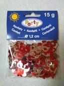 Červené a stříbrné nerozbalené konfety,