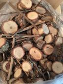 Mix dřevěných koleček a větévek,