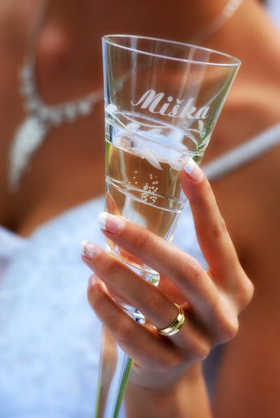 Príjemné svadobné starosti :-) - podobné svadobné poháre sme dostali od mamky...jemná klasika