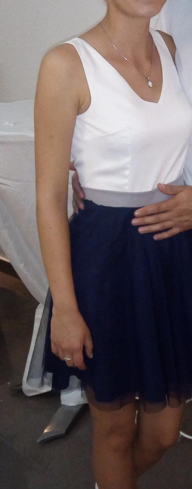 Krátke spoločenské šaty bielo-modrej farby - Obrázok č. 1