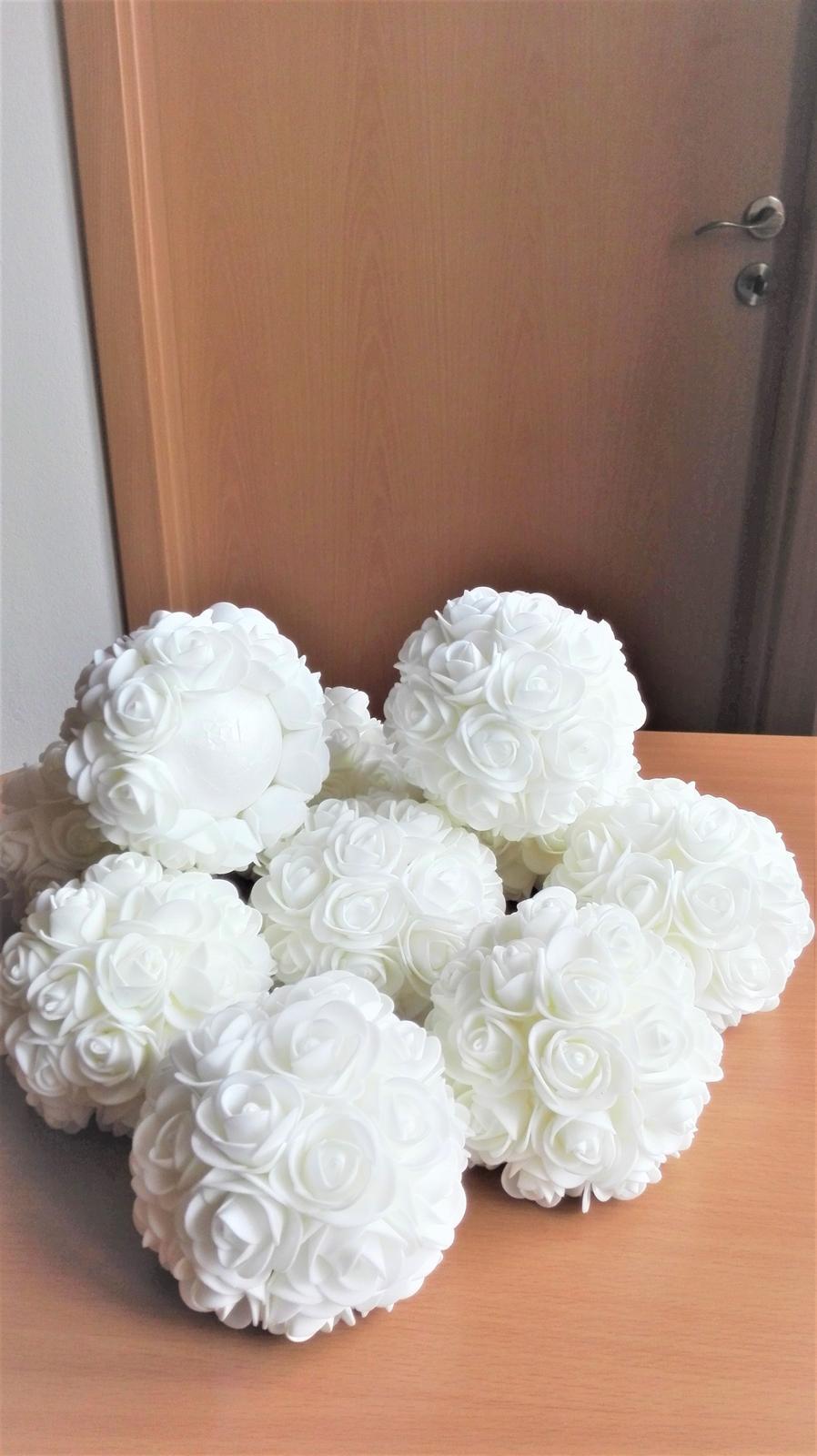 Dekoračné gule z penových ružičiek - Obrázok č. 1
