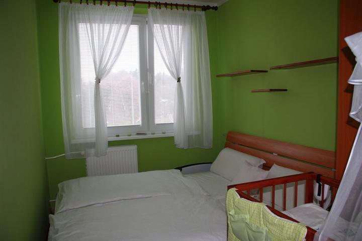 Naše prvé hniezdočko - naša spálňa s novými poličkami, teraz už zaplnenými :)všetko ladím do bielo zelenej farby, dokonca aj návliečky mám len biele alebo bielo zelené :) zelenú proste zbožňujem
