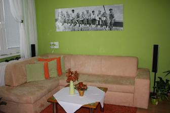 sedačka, stolík bol prvý rok provizórny, no poslúžil, teraz máme nový, na mieru a bez obrusu :)