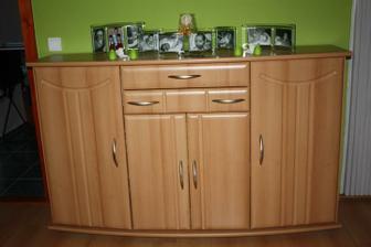 komoda, medzi kuchyňou a vstupom do obývačky. A na nej všetky detičky v rodine, ehm teda chýbajú tam ešte dve čo sa za tie dva rôčky narodili :)